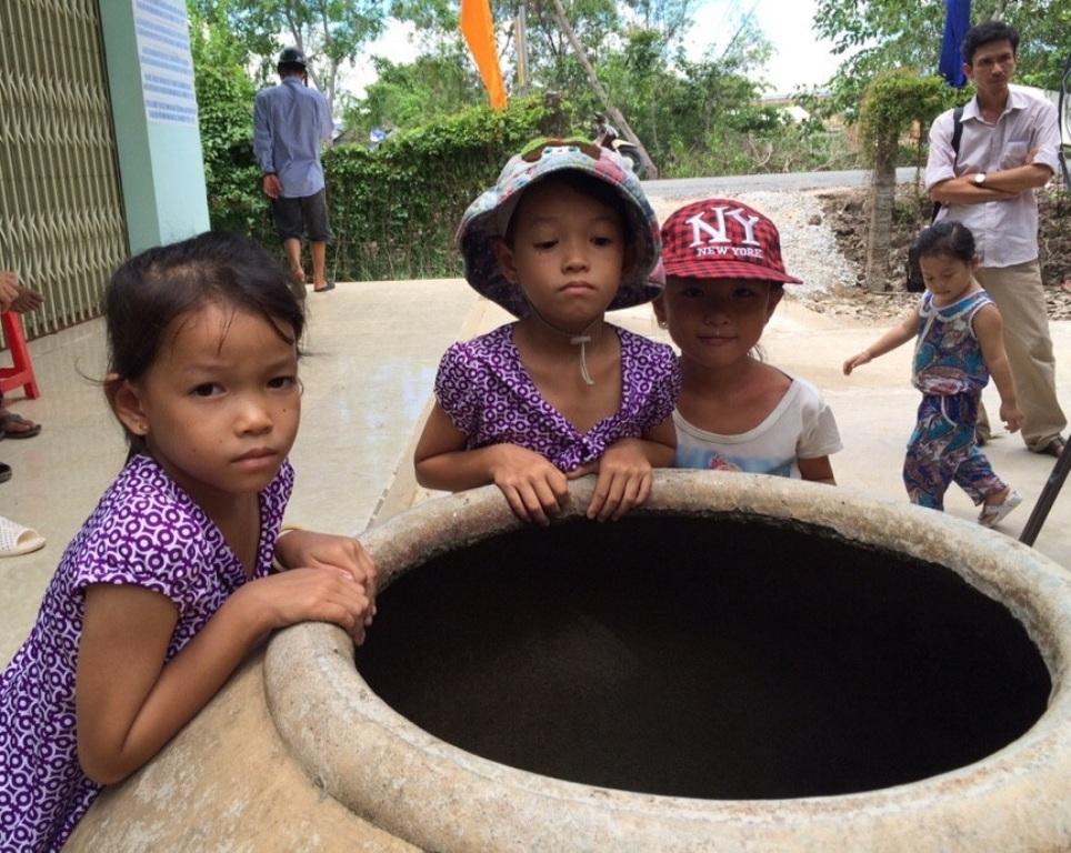 Trẻ em vùng hạn mặn vui vì ngày Tết thiếu nhi có máy lọc nước - 1