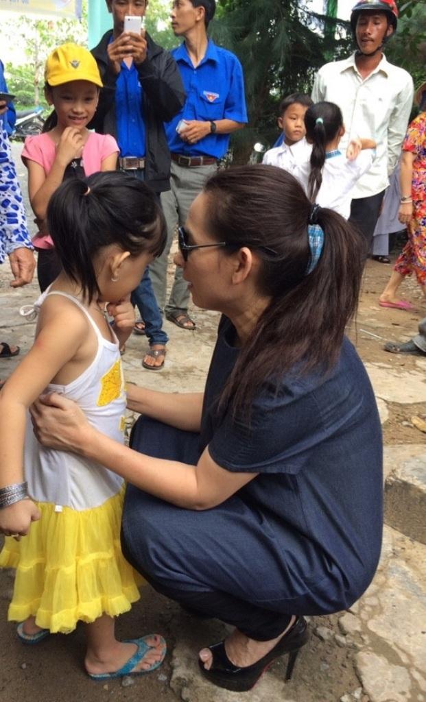 Ca sĩ Phi Nhung hỏi thăm các bé nhân ngày Tết Thiếu Nhi. Tại đây, đoàn có 20 phần quà tặng cho các em khó khăn, học giỏi.