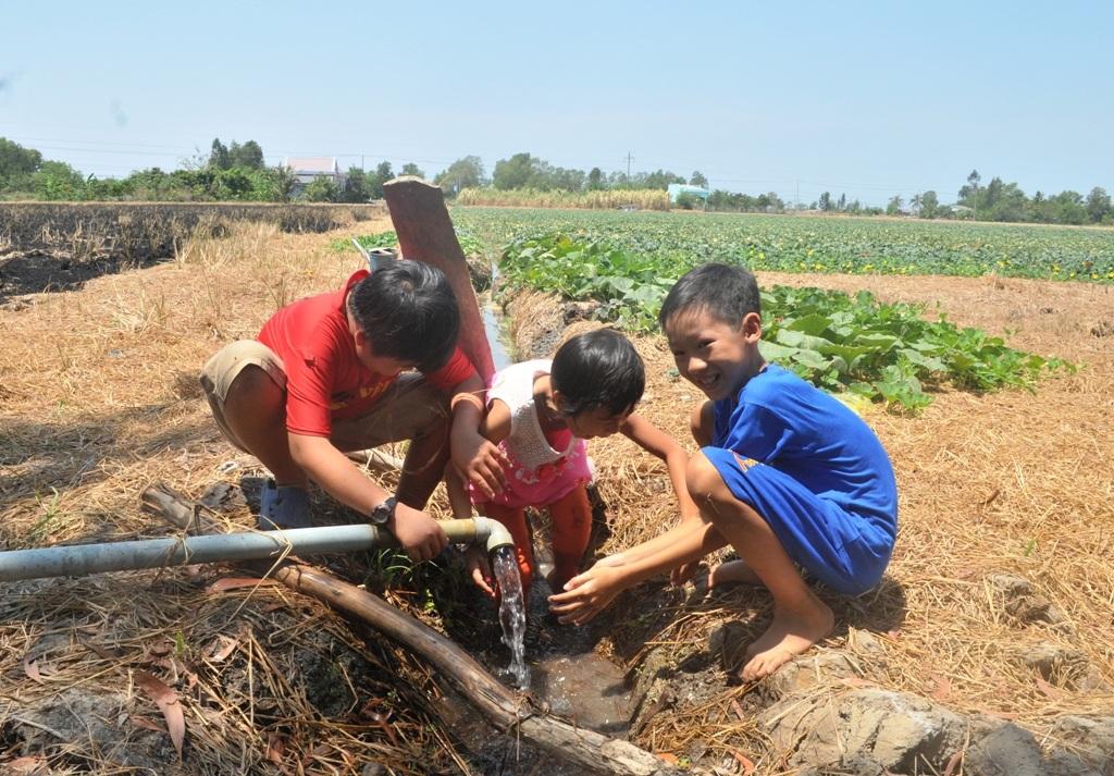 Trẻ em vùng hạn mặn vui vì ngày Tết thiếu nhi có máy lọc nước - 8