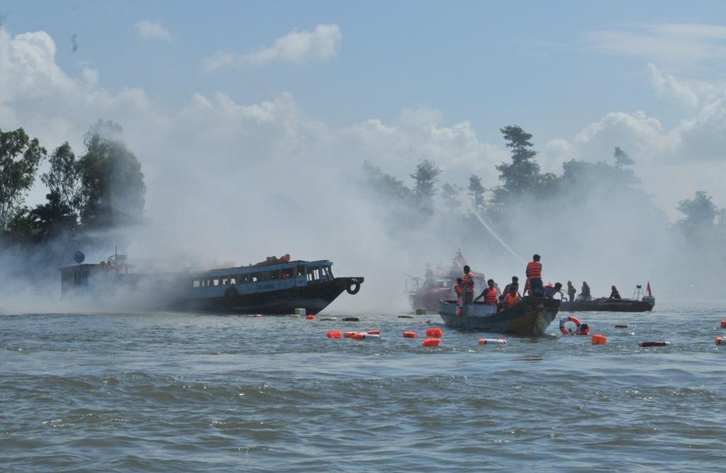 Tình huống giả định là tàu chở hàng va chạm với hai tàu chở khách và làm một tàu bốc cháy... 60 hành khách nhảy xuống sông nhưng sông Tiền lại mênh mông, rất may các lực lượng chức năng đến cứu vớt kịp thời
