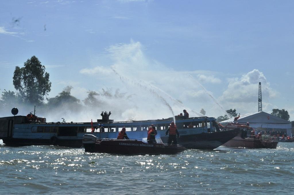 Lực lượng chức năng cấp tốc đến chữa cháy và cứu vớt hành khách