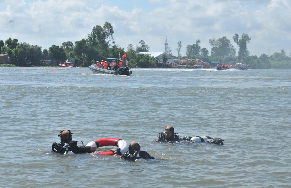 Đội người nhái thực hiện việc lặn cứu hành khách
