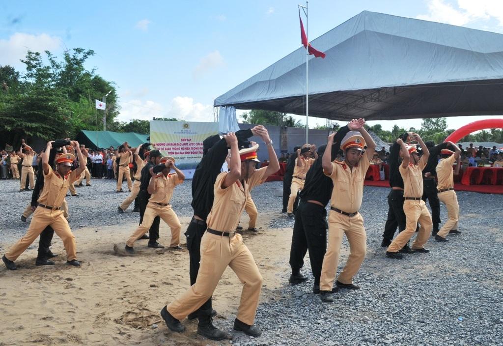 Các chiến sĩ cảnh sát giao thông biểu diễn các động tác cứu người dưới nước