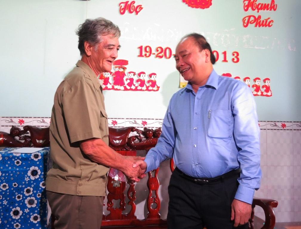 Thủ tướng Nguyễn Xuân Phúc đến thăm một số gia đình thương binh, thân nhân liệt sĩ tại Đồng Tháp (ảnh: Như Ý)