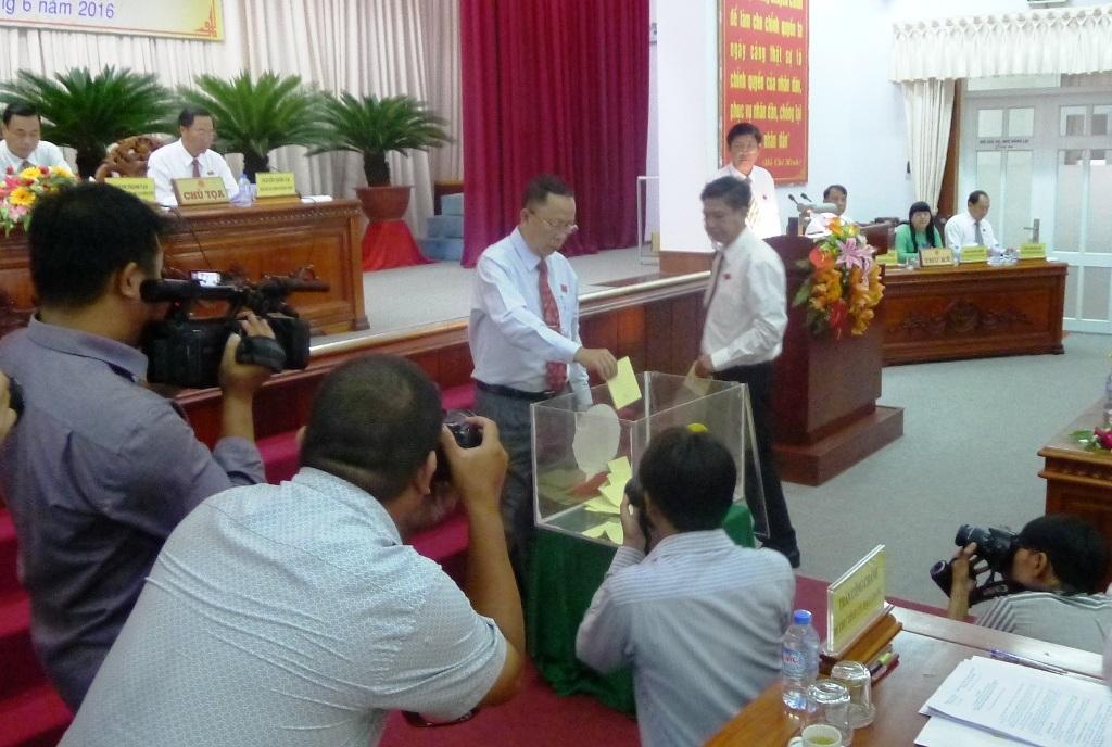 Ông Trần Công Chánh (người đang bỏ phiếu) cho biết kỳ họp này không bầu đủ số lượng thành viên Ủy ban nhân dân tỉnh.