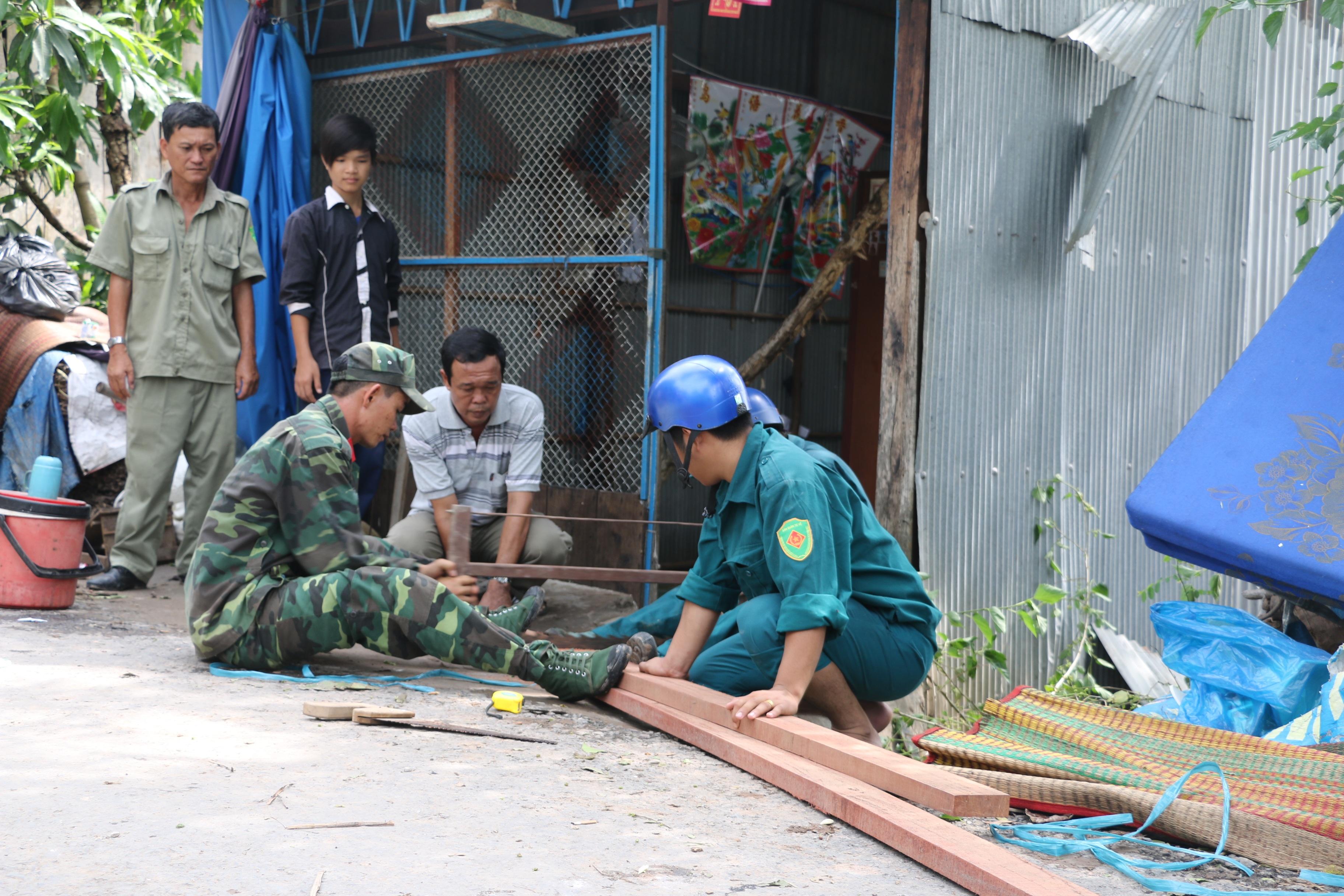 Ngay sau khi xảy ra sự cố, ngành chức năng tỉnh An Giang đã khẩn trương huy động nhiều lực lượng tham gia hỗ trợ người dân sửa lại nhà