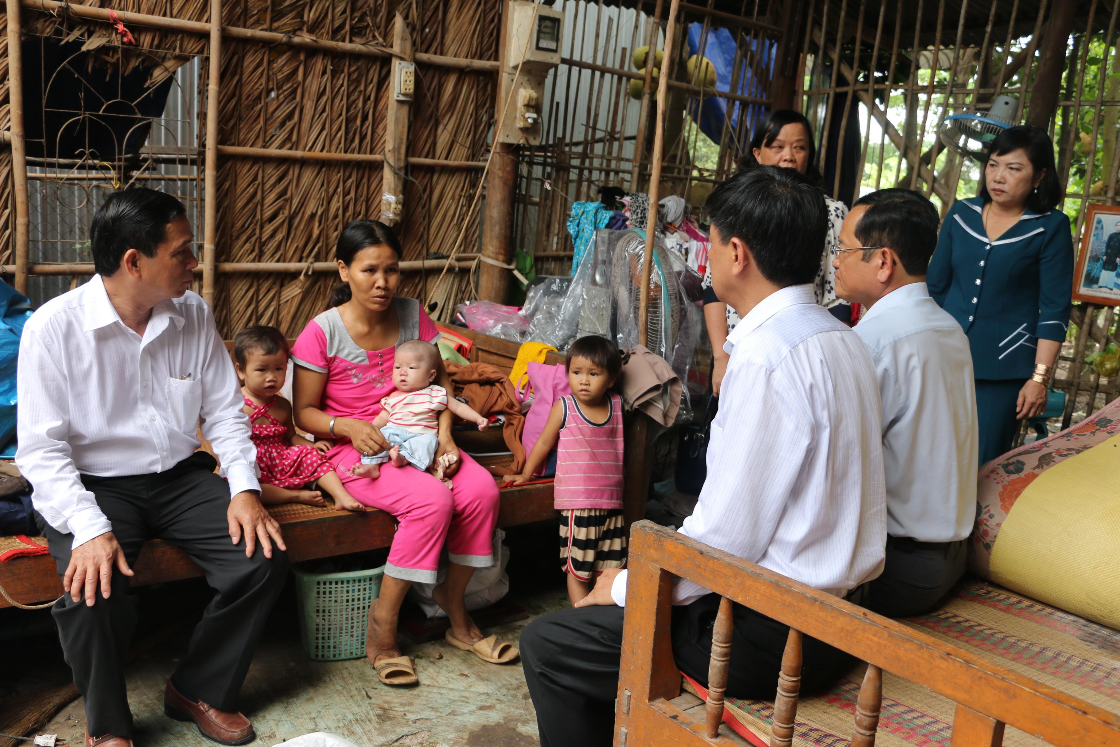 Ngành chức năng tỉnh An Giang tổ chức đoàn đến thăm hỏi các hộ dân có nhà bị hư hỏng do gió lốc đêm 18/5 gây ra