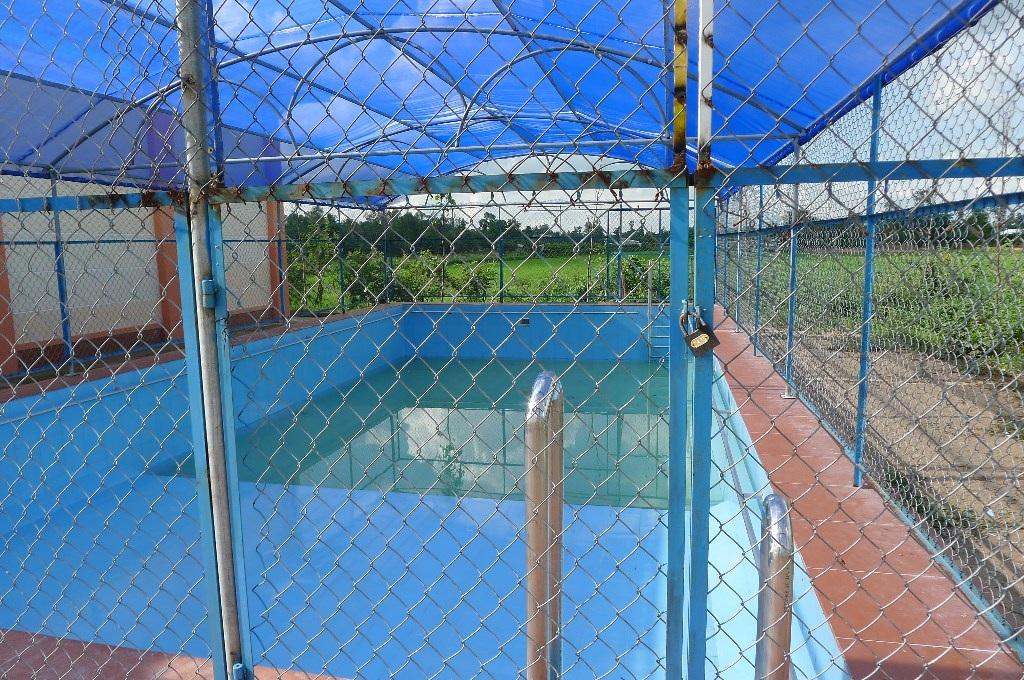 Hồ bơi tại xã Hòa An, sau khi hoàn thành lớp dạy bơi cho hơn 100 trẻ tại địa phương cũng phải cửa đóng, then cài chờ chiêu sinh lớp mới...