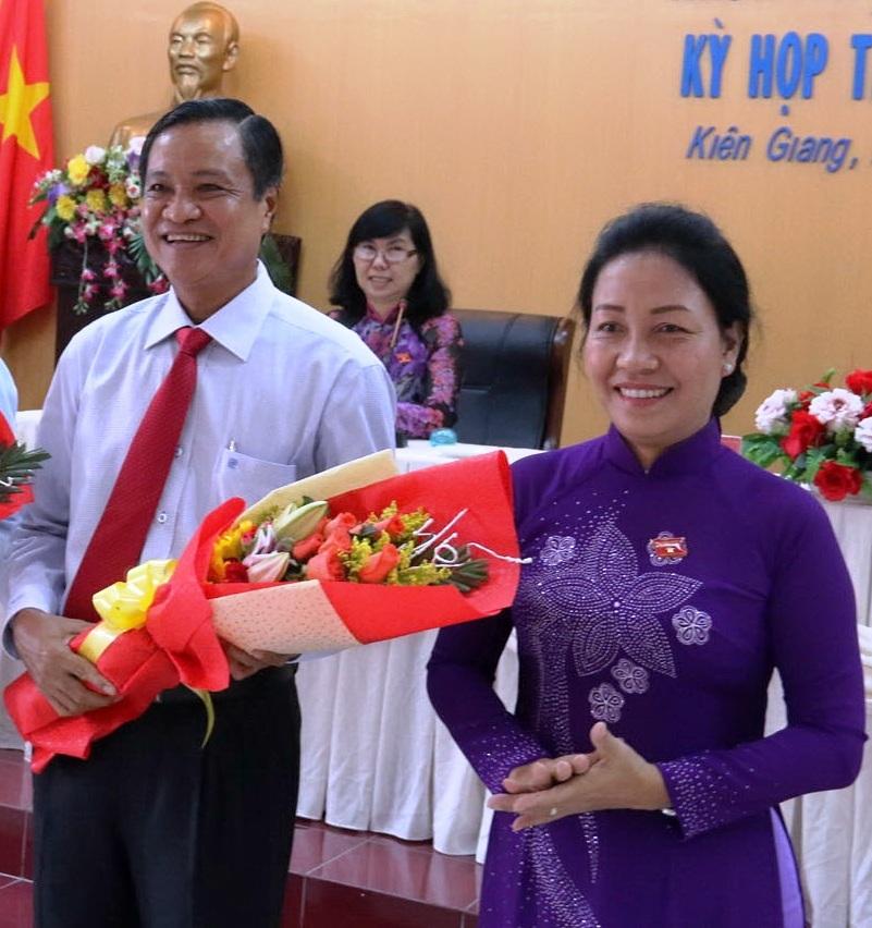 Bà Đặng Tuyết Em - Phó Bí thư thường trực Tỉnh ủy Kiên Giang được bầu giữ chức danh Chủ tịch HĐND tỉnh khóa IX. Ông Phạm Vũ Hồng cũng tái đắc cử chức danh Chủ tịch UBND tỉnh Kiên Giang, nhiệm kỳ 2016 - 2021.