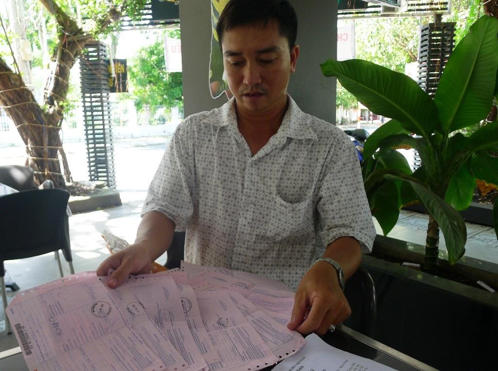 Ông Nguyễn Thanh Tuấn chìa ra cho PV xem những biên lai mà ông đã gửi hồ sơ khiếu nại đến các cơ quan chức năng từ năm 2009 đến nay