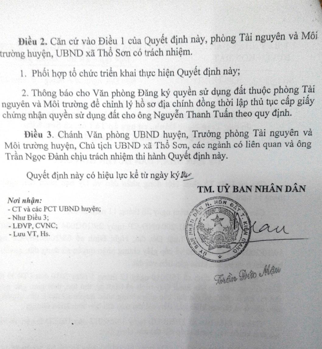 Đồng Thời, Chủ tịch Mậu còn chỉ đạo Văn phòng đăng ký Quyền sử dụng đất (thuộc Phòng Tài nguyên và Môi trường) điều chỉnh hồ sơ địa chính và cấp lại giấy đỏ cho ông Nguyễn Thanh Tuấn