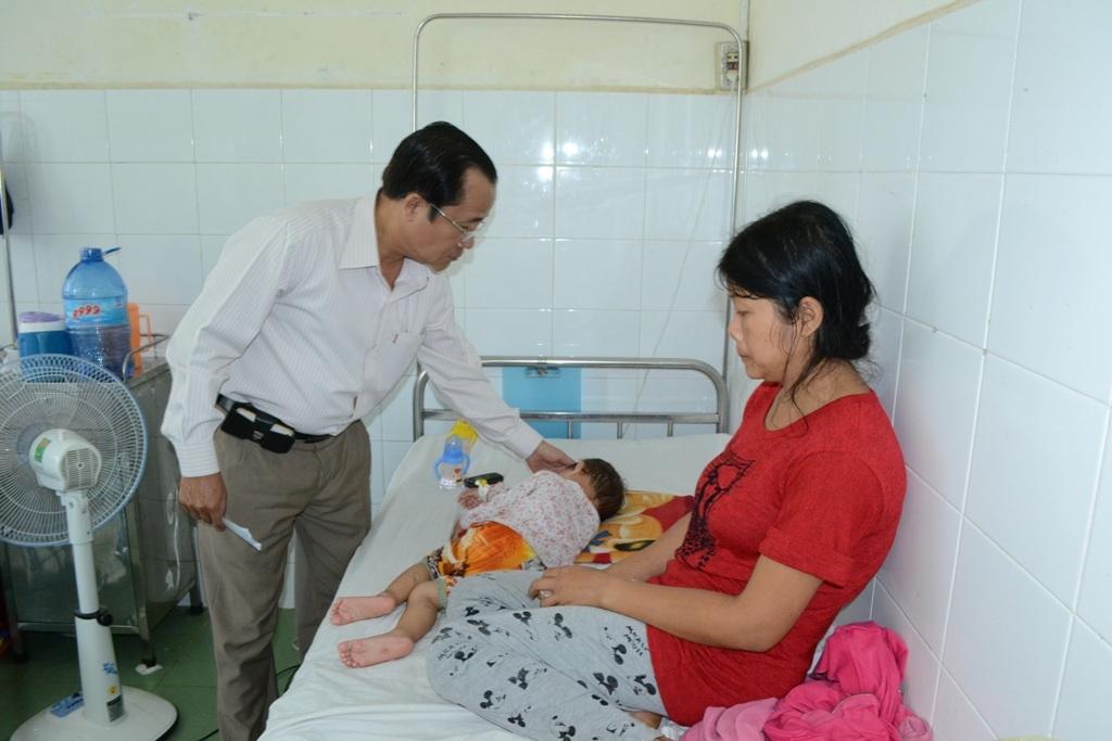 Bác sĩ Dương Hoàng Dũng, Giám đốc Bệnh viện Đa khoa huyện Tịnh Biên đến thăm hỏi cha mẹ bé Hậu và cháu Nguyễn Cẩm Loan (2014). Hiện cháu Cẩm Loan sức khỏe ổn định và vẫn đang nằm điều trị tại Bệnh viện Đa khoa huyện Tịnh Biên