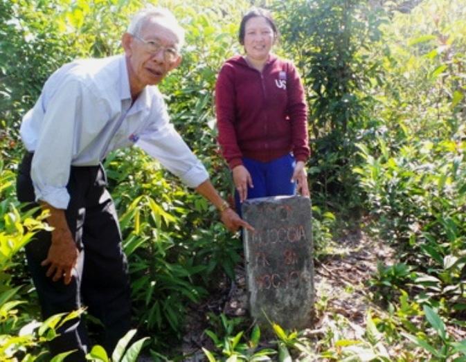 Cột mốc ranh rừng Quốc gia 104 cấm tại mảnh đất mà vợ chồng ông Trần Kiều Hưng thuê người phát dọn nhưng trong biển bản khám nghiệm hiện trường lại không thể hiện?