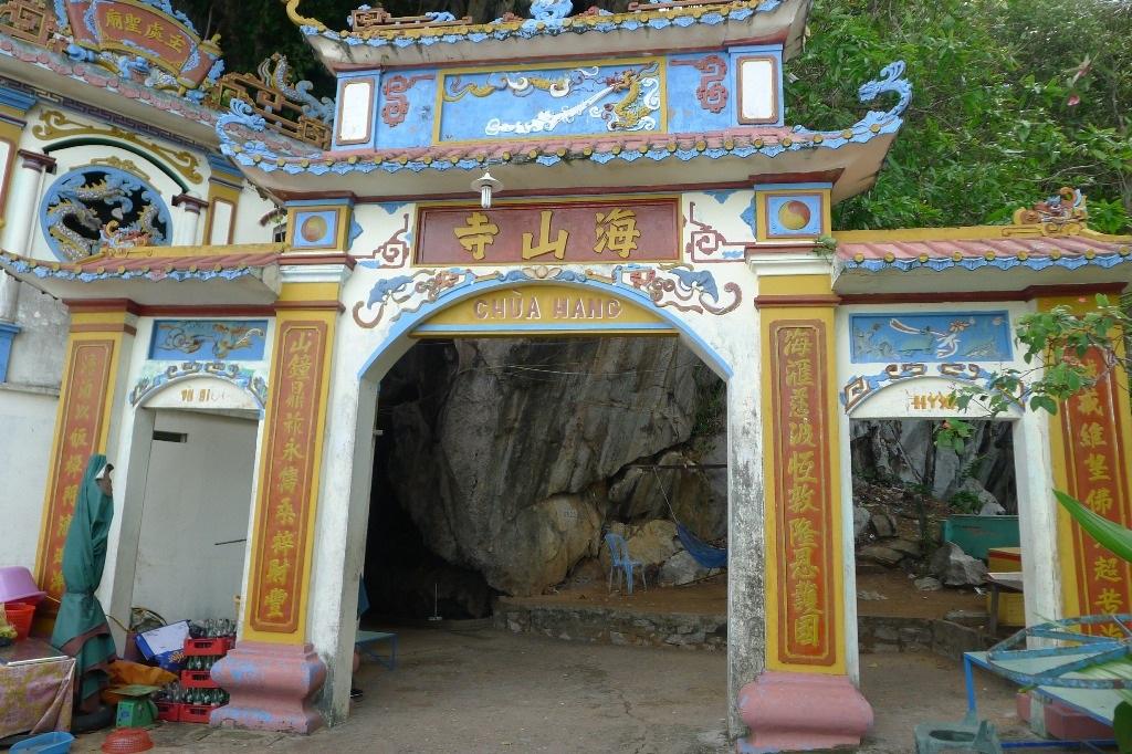 Cổng vào Chùa Hang (hướng Biển)