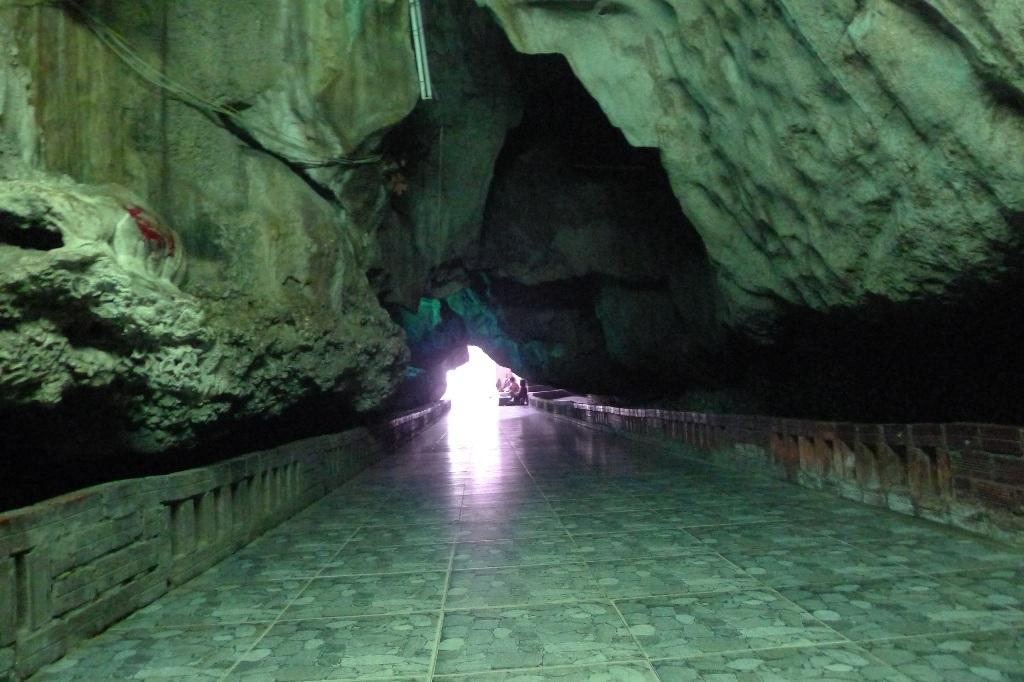 Đường vào Chùa Hang có những chỗ rất hẹp