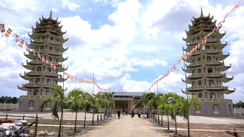 Hai tháp cao sừng sững này là nơi lưu tro cốt của người quá cố sau khi hỏa táng