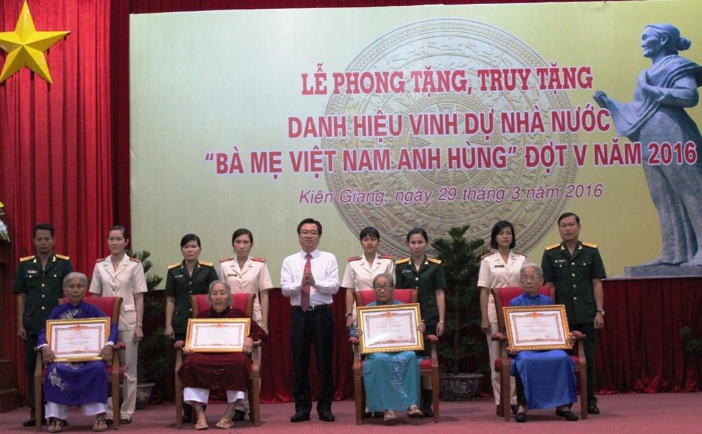 Bí thư Tỉnh ủy Kiên Giang Nguyễn Thanh Nghị trao tặng danh hiệu Bà mẹ Việt Nam anh hùng cho các mẹ đợt V năm 2016.