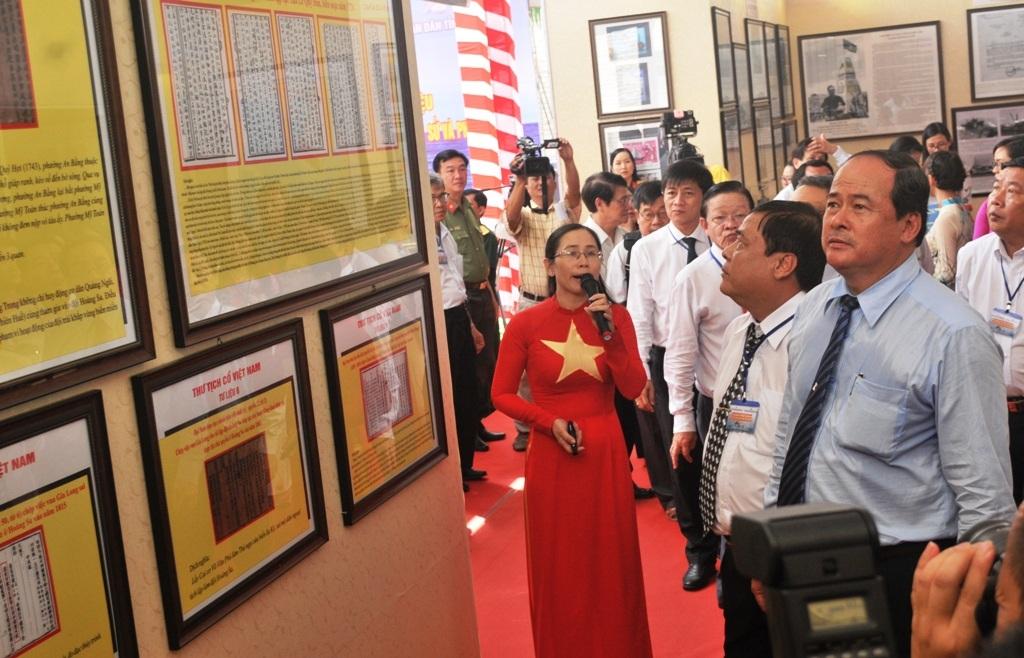 Ông Nguyễn Thanh Bình - Phó Chủ tịch UBND tỉnh An Giang và nhiều lãnh đạo bộ ngành trung ương, địa phương tham quan triển lãm