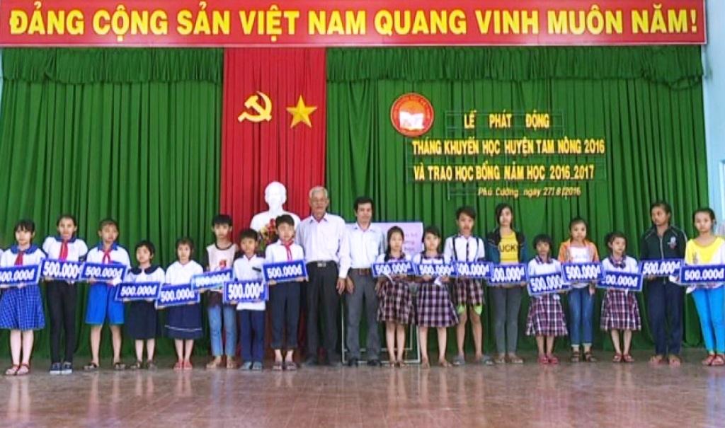 Chủ tịch HKH huyện Tam Nông Lê Văn Bé - đại diện BTC trao các suất học bổng cho các em học sinh cấp tiểu học.