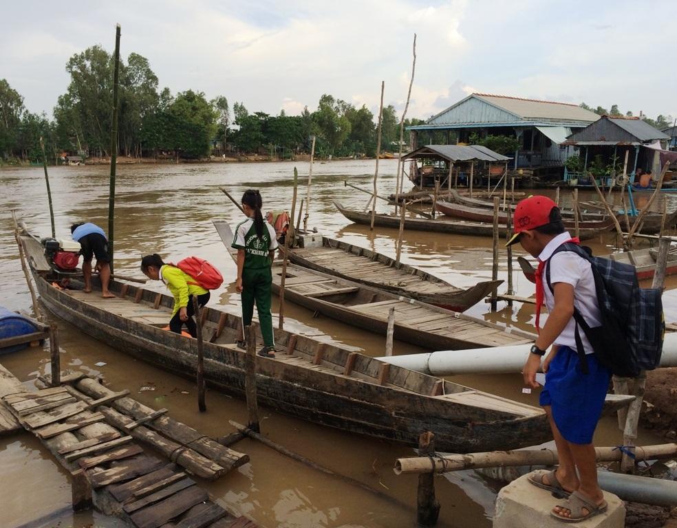 Từ khi bến đò chính bị cấm, mỗi ngày có hàng trăm em học sinh Việt kiều Campuchia của hai trường tiểu học A Khánh An và B Khánh An liều mình qua con sông lớn Khánh An này tìm chữ.