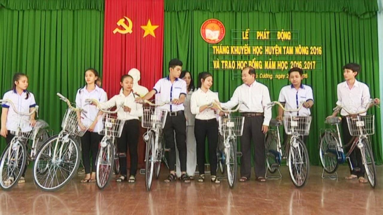 Phó Chủ tịch UBND tỉnh Đồng Tháp, ông Đoàn Tấn Bửu trao tặng 10 xe đạp cho các em học sinh có hoàn cảnh khó khăn, chưa có phương tiện đến trường trong năm học mới.