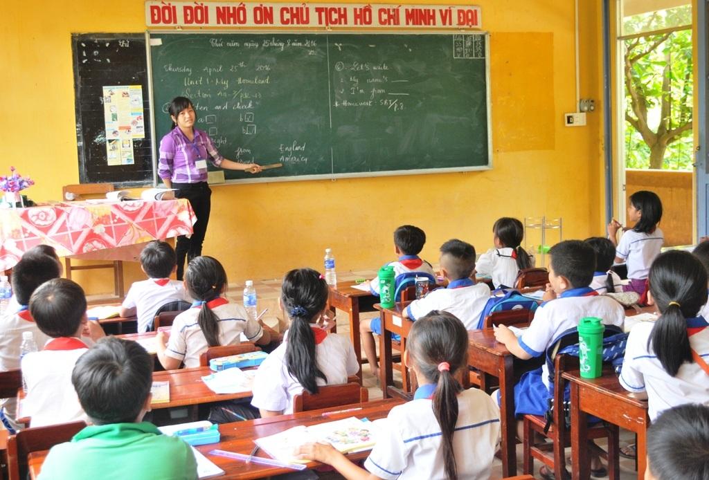 Đầu năm học 2016 - 2017, công tác huy động HS đến lớp trên địa bàn huyện An Phú đạt tỷ lệ cao, tuy nhiên do địa phương này là huyện nghèo lại nằm ở vùng tâm lũ nên hàng năm tỷ lệ HS bỏ học so với cả nước còn khá cao