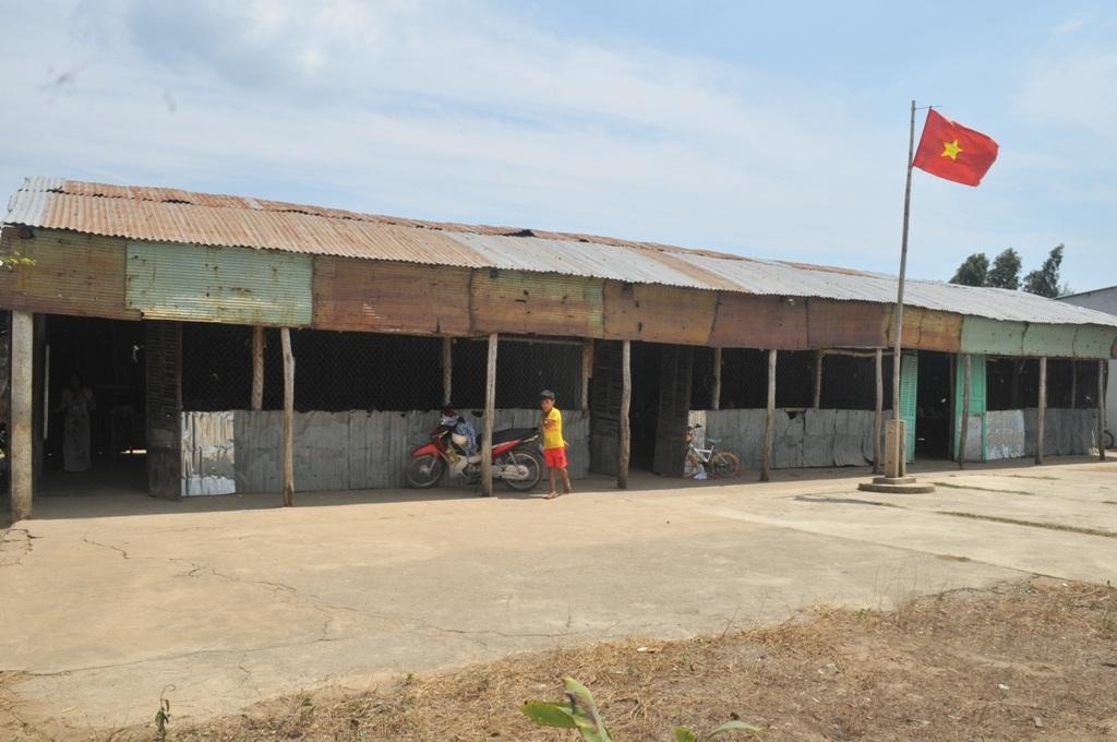 Hàng năm do huyện Kiên Lương dành ra hàng tỷ đồng xây dựng và sửa chữa trường lớp nên đến nay trên địa bàn huyện không còn các phòng học kiểu tạm bợ thế này
