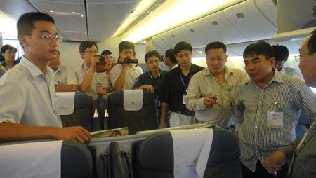Nhân viên an ninh trên máy bay được trang bị dao, súng, công vụ hỗ trợ.