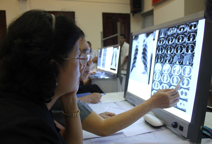 PGS.TS Trần Thị Ngọc Lan - chuyên gia cao cấp về bệnh nghề nghiệp - Bộ Y tế (bìa trái) tham gia Hội đồng hội chẩn năm 2015.