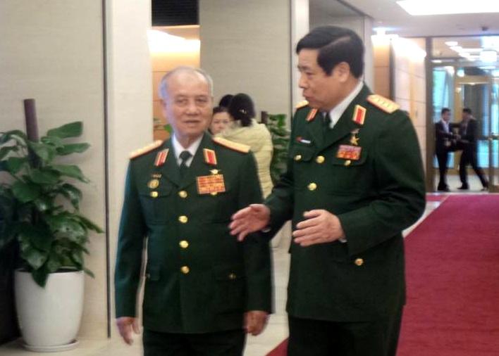 Đại tướng Phạm Văn Trà và Đại tướng Phùng Quang Thanh trao đổi thêm về diễn biến mới trên Biển Đông bên hành lang Quốc hội.