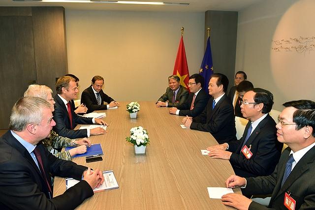 Thủ tướng và các thành viên Chính phủ trong cuộc gặp Chủ tịch Hội đồng Châu Âu Donald Tusk.