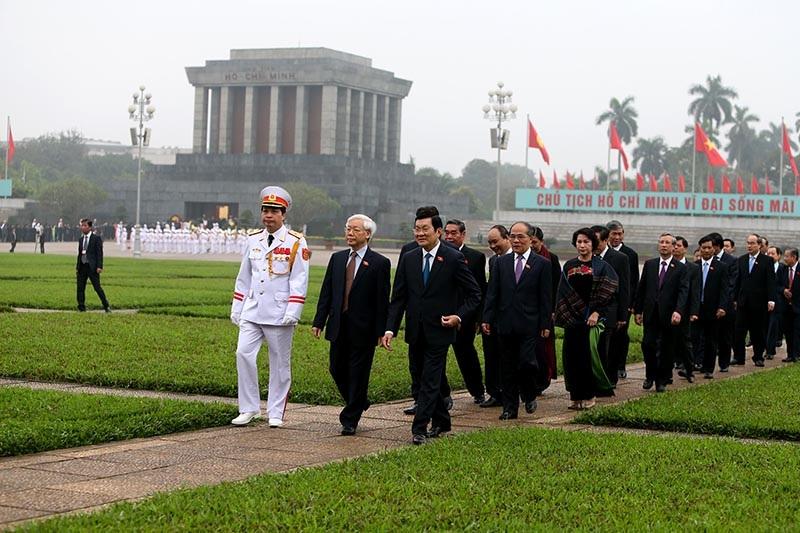 Lãnh đạo Đảng, Nhà nước trở lại Nhà Quốc hội bắt đầu kỳ họp thứ 11 sau lễ viếng Chủ tịch Hồ Chí Minh đầu buổi sáng nay (ảnh: Việt Hưng).