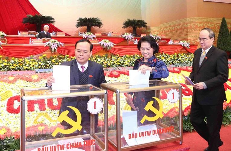 Sau Đại hội lần thứ 12 của Đảng vừa qua, bà Nguyễn Thị Kim Ngân (giữa) là người duy nhất được Trung ương giới thiệu ứng cử chức vụ Chủ tịch Quốc hội.