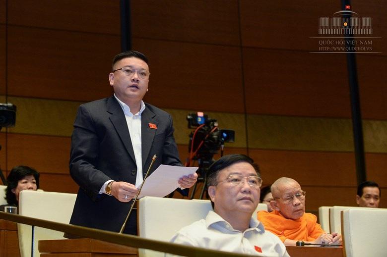 Đại biểu Trần Khắc Tâm phát biểu tại hội trường (ảnh: Quochoi.vn).