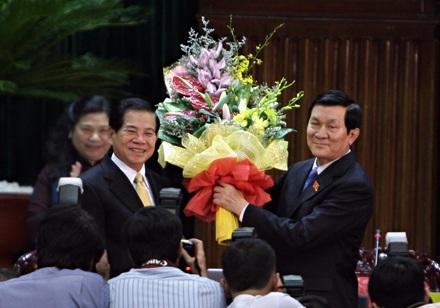 Chủ tịch nước Trương Tấn Sang nhận hoa chúc mừng của người tiền nhiệm Nguyễn Minh Triết trong ngày nhậm chức 5 năm trước (ảnh: Việt Hưng).