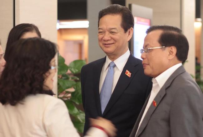 Thủ tướng Nguyễn Tấn Dũng, nguyên Bí thư Thành uỷ Hà Nội Phạm Quang Nghị và các đại biểu bên hành lang Quốc hội sáng 6/4.