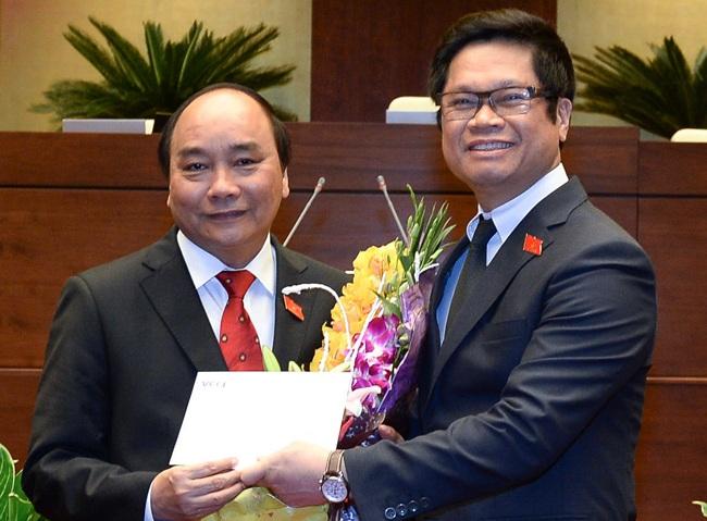 Tân Thủ tướng nhận lời chúc mừng và công thư của cộng đồng doanh nghiệp ngay sau sau lễ nhậm chức tại Quốc hội.