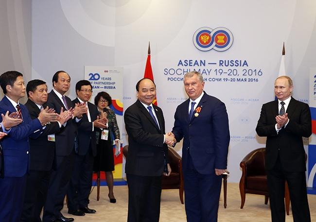 Thủ tướng trao huân chương cho Chủ tịch tập đoàn dầu khí Rosneft.