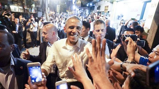 Ông Obama gây thiện cảm về sự gần gũi, cởi mở, hòa đồng với người dân. Ông đi ăn bún chả bình dân, vui vẻ chụp ảnh, bắt tay người hâm mộ (Ảnh: Hữu Nghị).