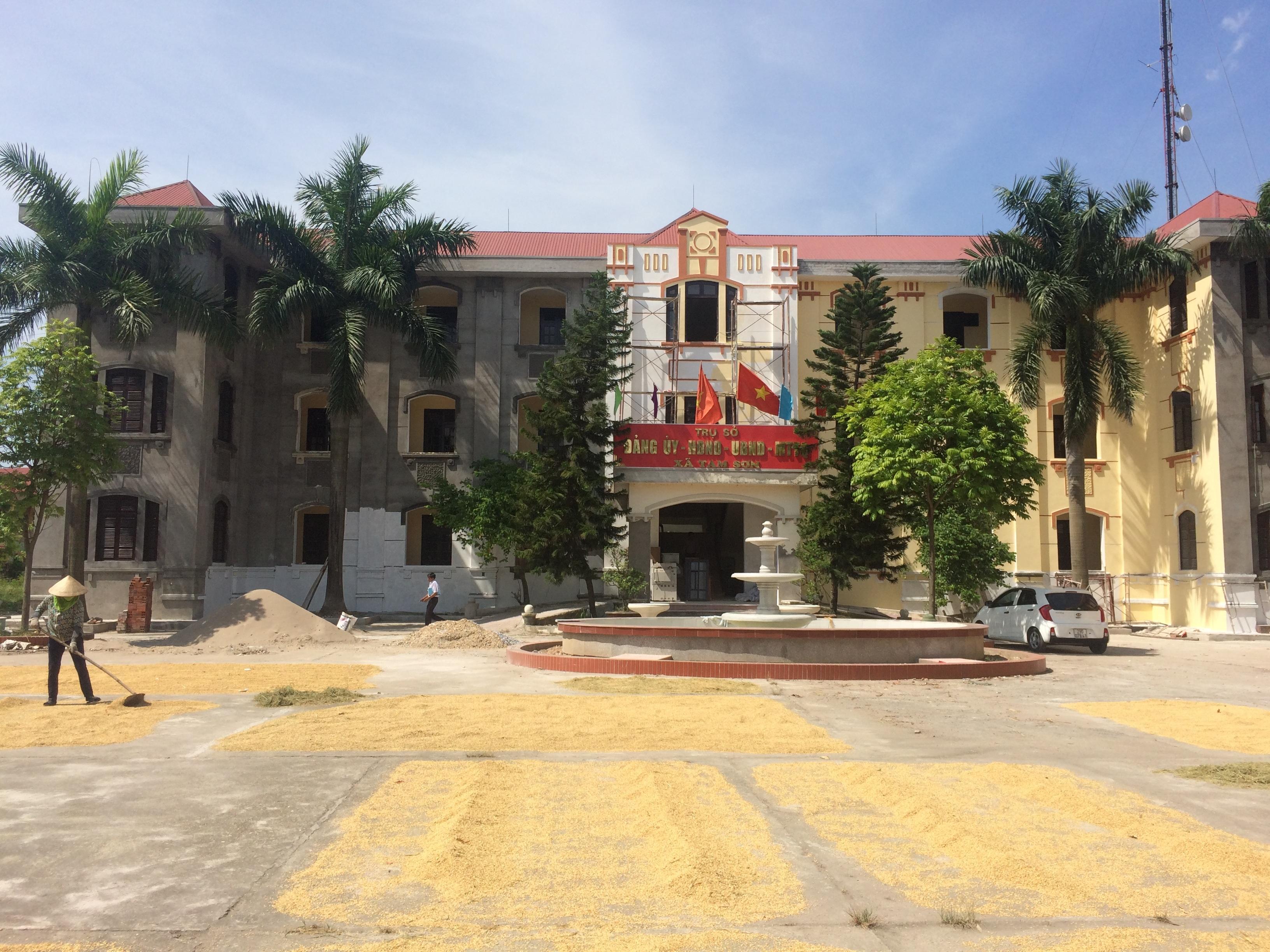 Trụ sở các cơ quan chính quyền xã Tam Sơn (thị xã Từ Sơn, Bắc Ninh) được cho là quá quy mô, lãng phí trong khi có nhiều việc khác cấp thiết hơn cần đầu tư.