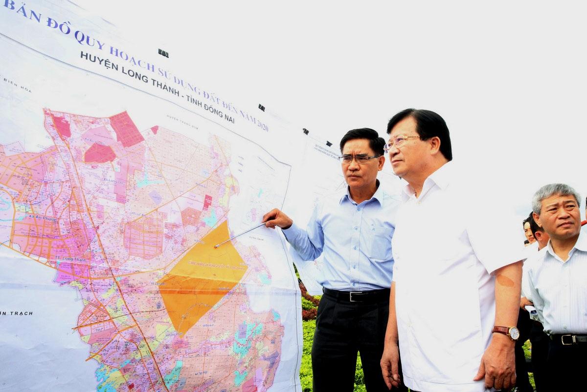 Phó Thủ tướng Trịnh Đình Dũng nghe báo cáo việc triển khai dự án sân bay Long Thành tại tỉnh Đồng Nai.