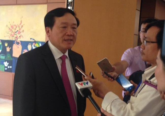 Chánh án Nguyễn Hoà Bình trao đổi với báo giới bên hành lang Quốc hội chiều 28/7.