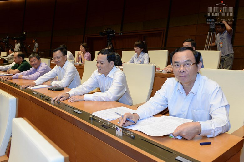 Các đại biểu bấm nút thông qua việc điều chỉnh chương trình xây dựng luật, pháp lệnh năm 2016, 2017.