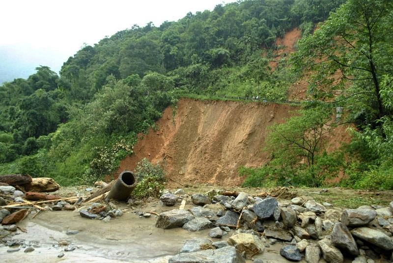 Nhiều tuyến đường, công trình giao thông tan tành khi cơn lũ dữ kéo qua.