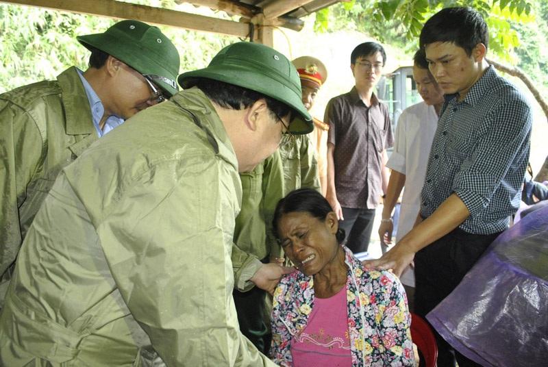 Phó Thủ tướng chia buồn với gia quyến một gia đình nạn nhân thiệt mạng vì mưa lũ.
