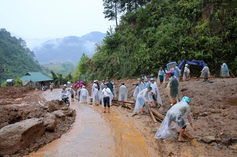 Sạt lở đất chặn nhiều tuyến đường, vùi lấp nhiều nhà dân ở Yên Bái.