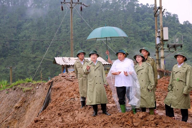 Phó Thủ tướng Trịnh Đình Dũng yêu cầu di dời ngay người dân khỏi khu vực có nguy cơ cao sạt lở, lũ ống, khả năng mất an toàn.