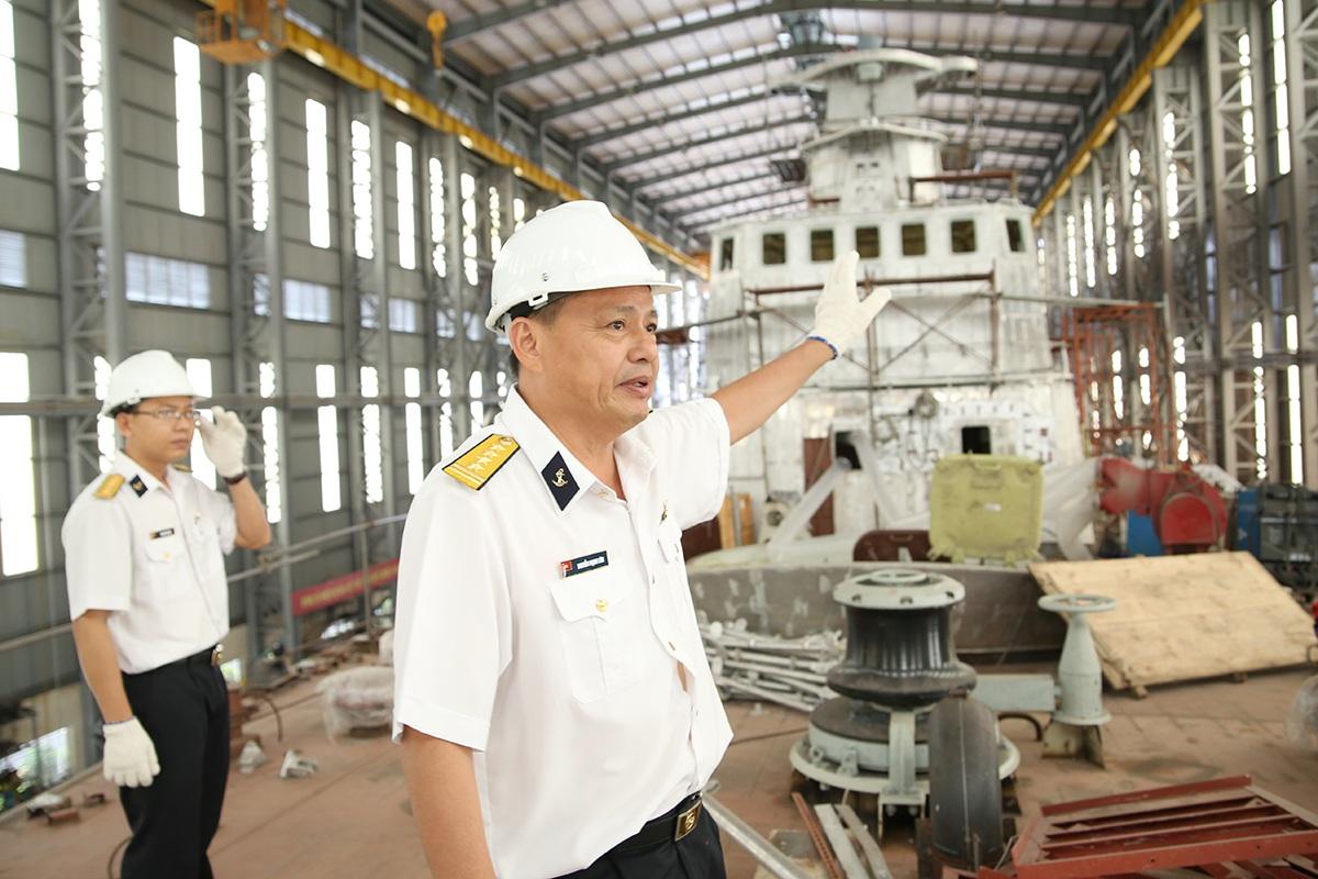 Đại Tá Nguyễn Mạnh Lân bên cặp tàu M thứ 3 đang đóng mới