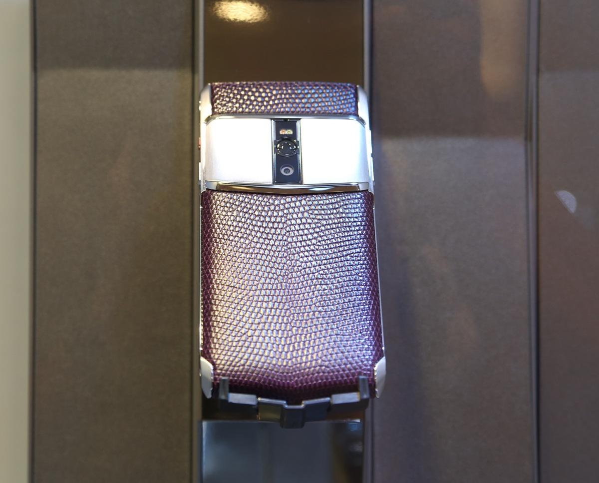 New Signature Touch có nhiều tuỳ chọn phiên bản chất liệu da khác nhau và giá từ 200 đến 400 triệu đồng