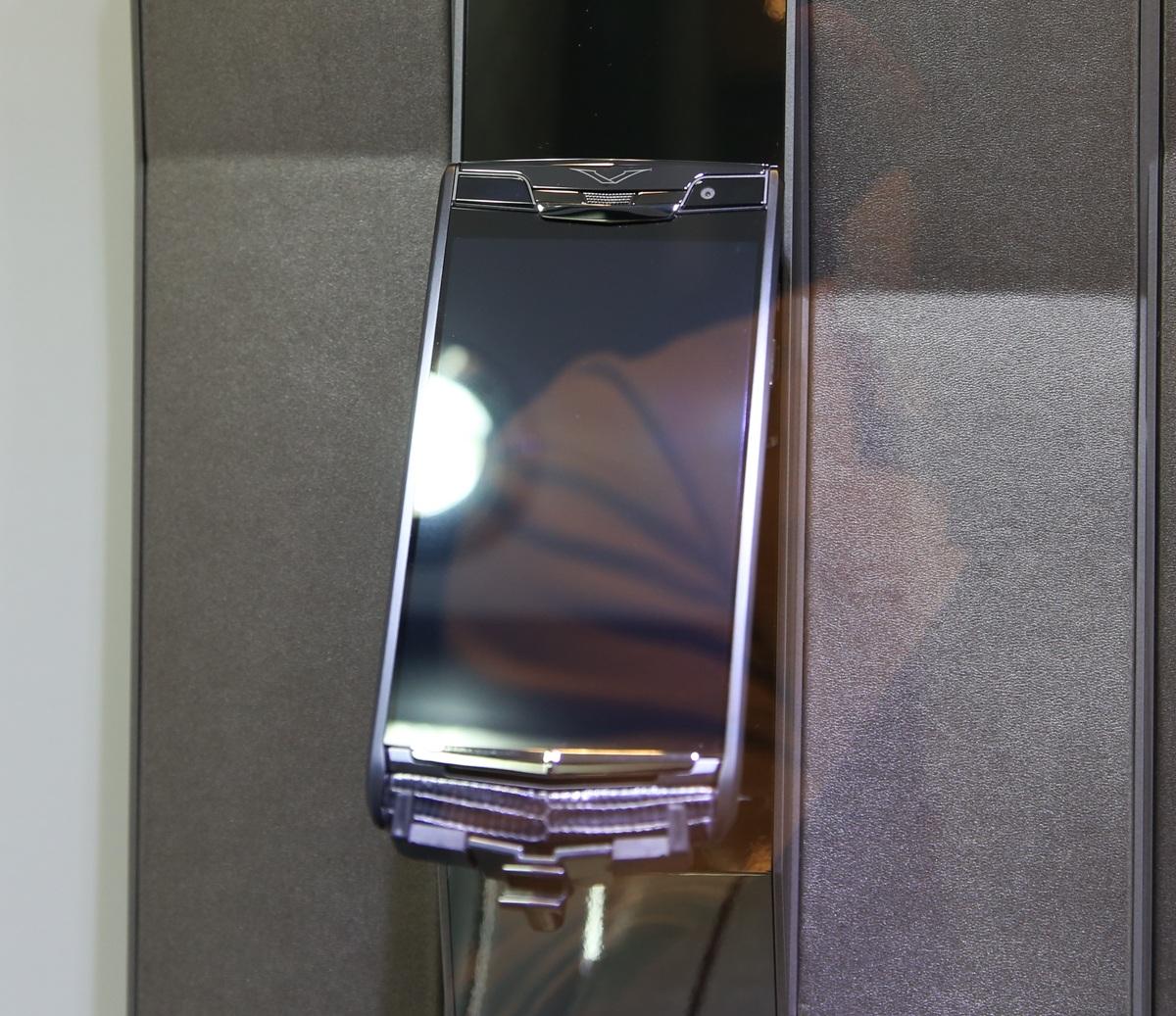 Mặt trước với màn hình5.2 inch độ phân giải Full-HD,được bảo vệ bằng một tấm kính làm từ đá ngọc bích thế hệ thứ 5 với tổng trọng lượng 130 carat